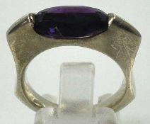 RING mit geschliffenem, ovalem Stein in Lila, wohl Amethyst, in moderner Sterlingsilberfassung,