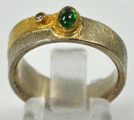 RING mit kleinem Smaragdcabochon in Goldfassung auf satiniertem Sterlingsilber-Reif, 7,2g,