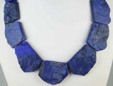 MODERNE KETTE aus flachen, unregelmäßigen blauen Steinen mit strukturierter Oberfläche, wohl