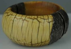 ARMREIF klappbar, aus Bein mit vegetabiler Silbermontur, Stift als Verschluß, Asien/ Orient, D 85mm,