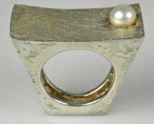 MODERNER RING rechteckige, leicht getiefte Oberfläche leicht strukturiert mit Zuchtperle besetzt,