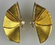 PAAR MODERNE OHRCLIPS in Blattform mit je einem kleinen Diamanten, rückseitig Clipmontur, Gelbgold