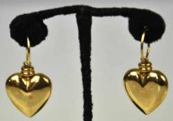 2 OHRRINGE in Herzform, polierte, plastische Herzen an feinen Ringen, Gelbgold 18ct, 7,5g