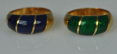2 EMAILRINGE passend, gebogte Schauseiten jeweils mit blauem und grünem Emaildekor, Gelbgold 18ct,