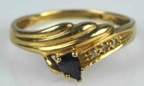 RING gerippter Dekor mit kleinem tropfenförmigem Saphir, 3 kleinen Diamanten als Besatz, Gelbgold