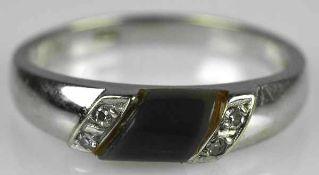 KLEINER RING besetzt mit Cabochon und je zwei seitlichen Diamanten, Weißgold 14ct, Gr.54