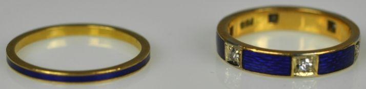 2 EMAILRINGE verschieden: Bandring mit blauem Emaildekor und 4 Diamanten als Besatz, sowie feiner