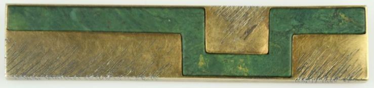 BROSCHE schmales Rechteck mit eingelegtem geometrischem Jaspisornament, dekoriert mit schwarzem