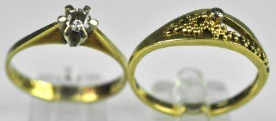 ZWEI RINGE verschieden, Ring mit kleinem Diamantsolitär um 0,15ct in Gelbgold 14ct, Gr. 54 und