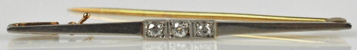 FEINE STABBROSCHE bicolor, besetzt mit 3 kleinen Diamanten, gesamt um 0,15ct, weiß, in Weiß/