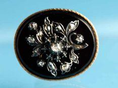 Brosche/ Anhänger mit Diamantrosen, um 1900. 585/- Gelbgold. Gesamtgewicht ca. 10,8 g. Schmaler,