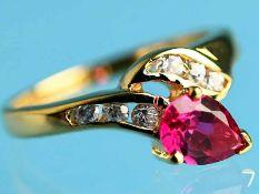 Ring mit rotem und farblosen Farbsteinen, 21. Jh. 750/- Gelbgold. Gesamtgewicht ca. 2,1 g.
