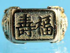 Ring mit asiatischen Motiven, Asien, 21. Jh. 585/- Gelbgold. Gesamtgewicht ca. 7 g. Rechteckiges