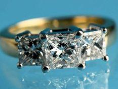 Ring mit 3 Diamanten im Carreeschliff, zusammen ca. 2,08 ct, Juweliersarbeit, 21. Jh. 585/- Gelb-