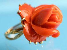 Ring mit geschnittener Korallen-Rosenblüte, 90-er Jahre. 585/- Gelbgold. Gesamtgewicht 16,2 g. Hohe,