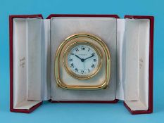 Reisewecker mit cremefarbener Emaille, Cartier, Paris, 20. Jh. Vergoldetes Metall und cremefarbene