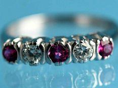 Ring mit 3 Rubinen und 2 Brillanten, zusammen ca. 0,1 ct, 80- er Jahre 585/- Weißgold. Gesamtgewicht
