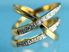 Breiter Ring mit Brillantenbesatz, zusammen ca. 0,48 ct. 90- er Jahre 750/- Gelbgold.