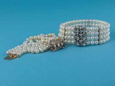 2 verschiedene 4 rhg. Perlarmbänder mit Brillant- Verschlüssen von 0,25 ct und 0,84 ct, 80- er Jahre