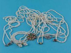 6 verschiedene Perlenketten und Schließen mit verschiedenem Edelsteinbesatz, 20. Jh. Verschiedene