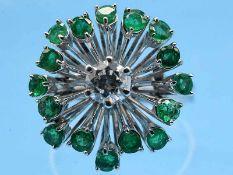 Ring mit Brillant ca. 0,42 ct und 16 Smaragden, zusammen ca. 1,36 ct, 90- er Jahre 750/- Weißgold.