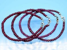 4 Armbänder mit Rubin-Kugel, 21. Jh. Leicht unregelmäßige, boutonförmige Rubin-Kugeln. Silberner