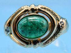 Ring mit Smaragd-Cabochon 3,86 ct und 4 kleinen Diamant-Rosen, um 1900 585/- Gelbgold. Gesamtgewicht