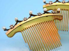 Paar Zierkämme mit 10 Orientperlen und 8 Diamantrosen, um 1900 Bernsteinfarbenes Bakelit mit