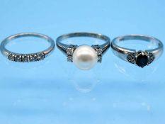 3 verschiedene Ringe mit Perle, Saphir und Brillanten, zusammen ca. 0,26 ct, 20. Jh. 1.) Memory-