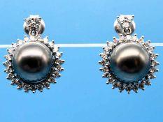 Paar Ohrgehänge mit grauen Tahiti-Perlen und 54 Brillanten, zusammen ca. 0,5 ct, 20. Jh. 585/-