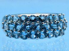 Bandring mit 25 hellblauen Topasen, 20. Jh. 585/- Weißgold. Gesamtgewicht ca. 6,4 g. Bandringform