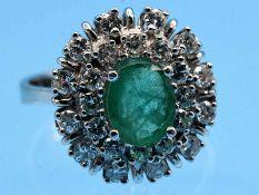 Ring mit Smaragd und 24 Brillanten, zusammen ca. 0,70 ct, 90- er Jahre 585/- Weißgold. Gesamtgewicht