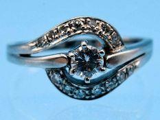 Ring mit Brillant und 14 Achtkant-Diamanten, zusammen ca. 0,4 ct, 70- er Jahre 585/- Weißgold.