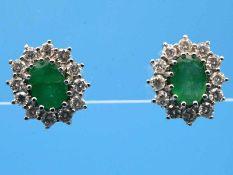 Paar Ohrstecker mit Smaragden und 24 Diamanten, zusammen ca. 0,85 ct, 80- er Jahre 585/- Weißgold.
