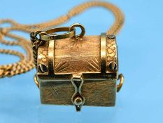 """Anhänger """"Schatztruhe"""" mit Akoja-Perle und Collierkette, 80- er Jahre 750/- Gelbgold. 18,9 g."""