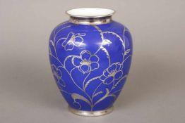 PMR BAVARIA Vase mit Silver-OverlayPorzellan, um 1930, ovoider Korpus mit königsblauem Grund, H