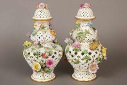 Paar MEISSEN Potpourri-Vasengefäßeum 1830 (Knauf-Zeit), Balusterform mit hoch gewölbtem Deckel,