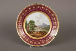 Teller im Wiener StilPorzellan, um 1800, im Spiegel feine Landschaftsmalerei mit Figuren und