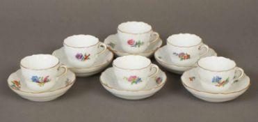 6 MEISSEN Tassen (mit Untertassen)2. Hälfte 20. Jhdt., Reliefdekor, Blumenmalerei, Goldstaffage,