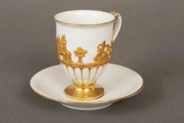 MEISSEN Tasse des frühen 19. Jahrhundertsglockenförmiger Korpus mit goldstaffiertem Reliefdekor ¨