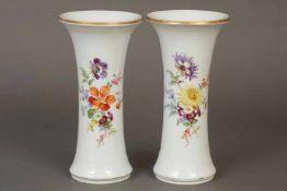 Paar MEISSEN VasenKnauf-Zeit (19. Jhdt.), Spindelform, schau- und rückseitig mit Bouquetmalerei,