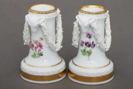 Paar MEISSEN Vasengefäße1. Hälfte 19. Jhdt., Säulenform auf Rundstand, Festonendekor an Widderkopf-