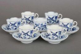 6 MEISSEN Tassen mit UntertassenZwiebelmuster, 19. Jhdt., oval-passige Tassen auf korrespondierenden