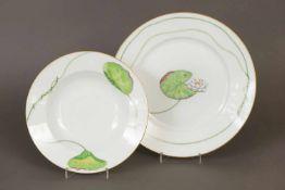 2 HÈRMES Teller aus der Serie ¨Nil¨ mit Seerosendekor, bestehend aus 1 Suppenteller und 1