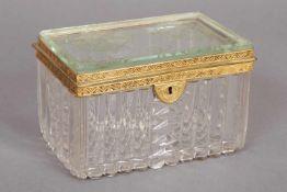 Kristallkassette mit vergoldeter Bronzemontur19. Jhdt., auf dem Deckel 2 geschliffene Wappen,