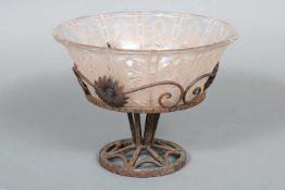 LORRAIN (Nancy) ¨Art Deco¨ FußschaleFrankreich, farbloses Glas mit reliefiertem Floraldekor,