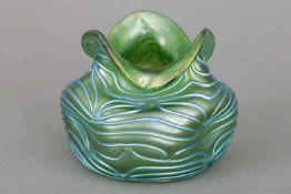 LÖTZ Vase¨Formosa¨-Dekor, grünes Glas mit blauen Fadenaufschmelzungen, gedrückte Mündung, wellig,