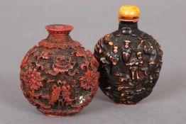 Paar chinesische Snuff-bottlesLack, 1x dunkel patiniert mit Reliefdekor ¨Handelsszene¨, 1x