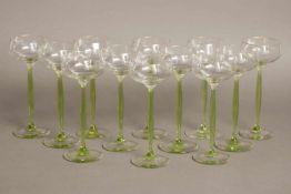 12 Weingläser des Jugendstilfarblose Kuppen auf grünem Stand, um 1920, H ca. 20cm