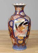 Große Imari-VaseJapan, 19. Jhdt., Balusterform, provenienztypisches blau-rotes Floral- und